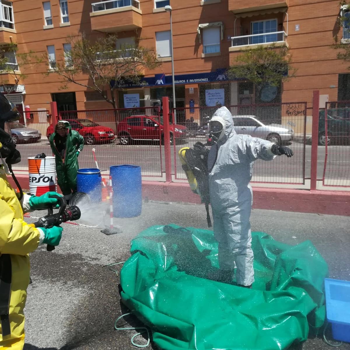 Bomberos y el grupo TEDAX-NRBQ de la Policía Nacional realizan un ejercicio práctico conjunto sobre un incidente con productos tóxicos