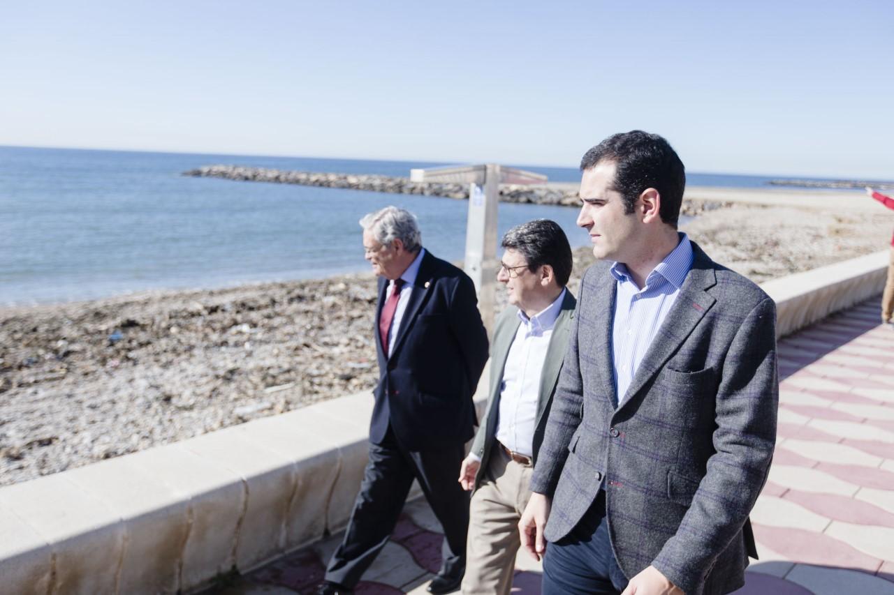 El alcalde visita la playa de Costacabana