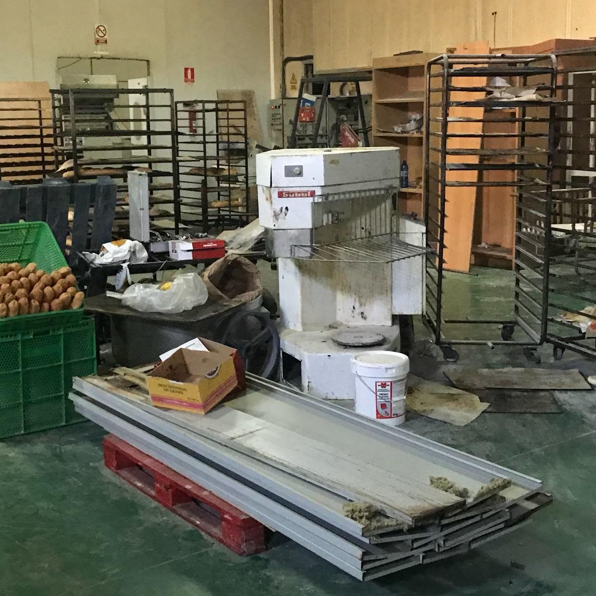 Policía Local y Consumo de la Junta precintan una fábrica de pan clandestina en el Sector 20 de El Puche