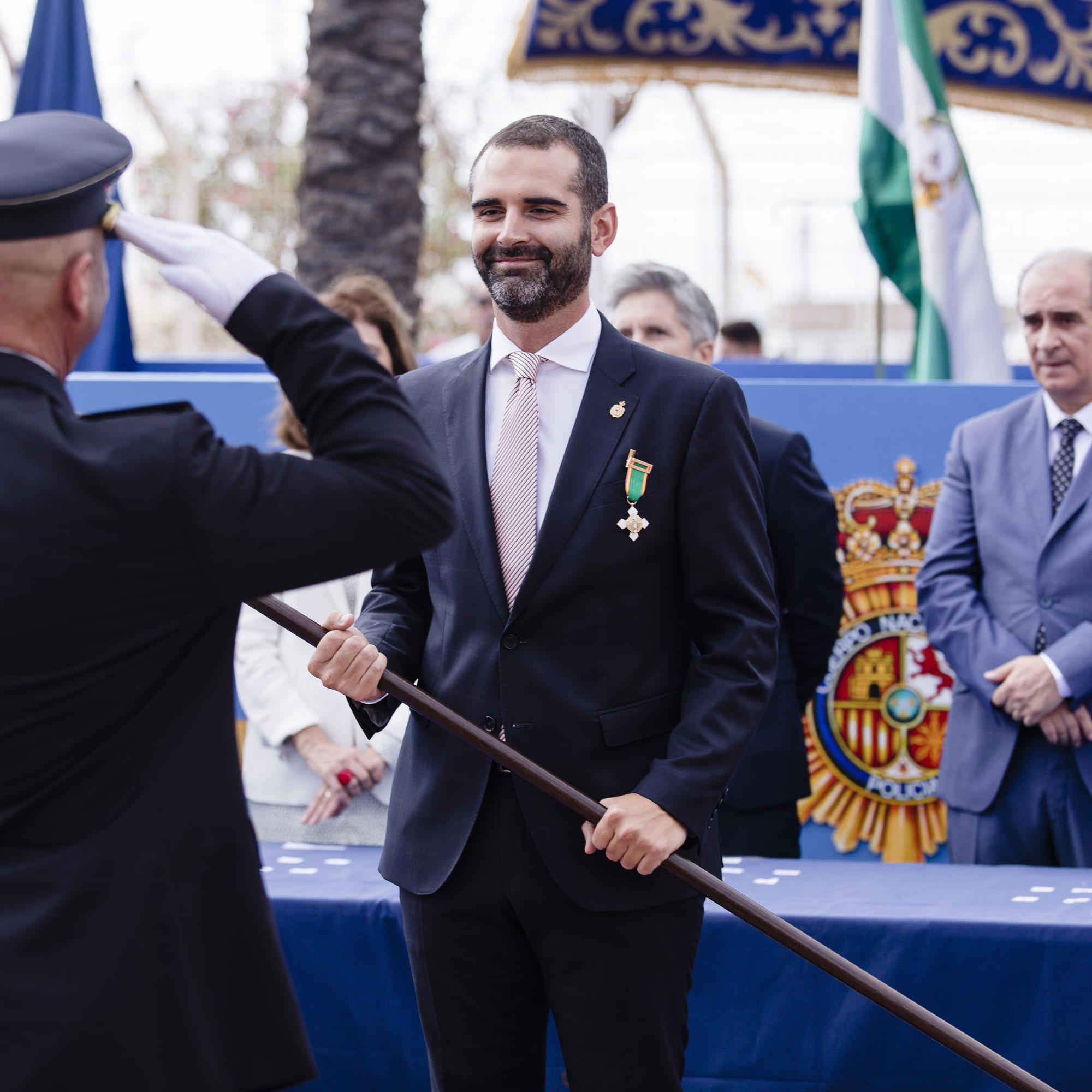 """El alcalde recibe la medalla al mérito policial con distintivo blanco y lo hace """"en nombre de Almería, una ciudad orgullosa y agradecida a la Policía"""""""