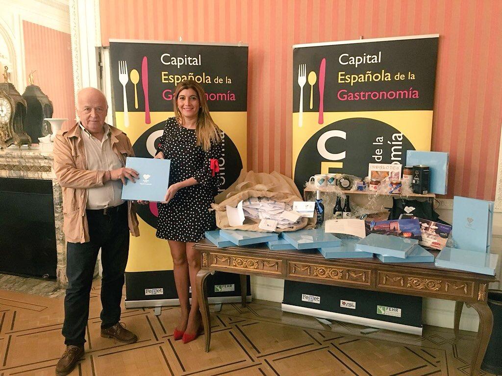 El Ayuntamiento entrega a la CEG el dossier de Almería 2019, acompañado de 10.000 avales