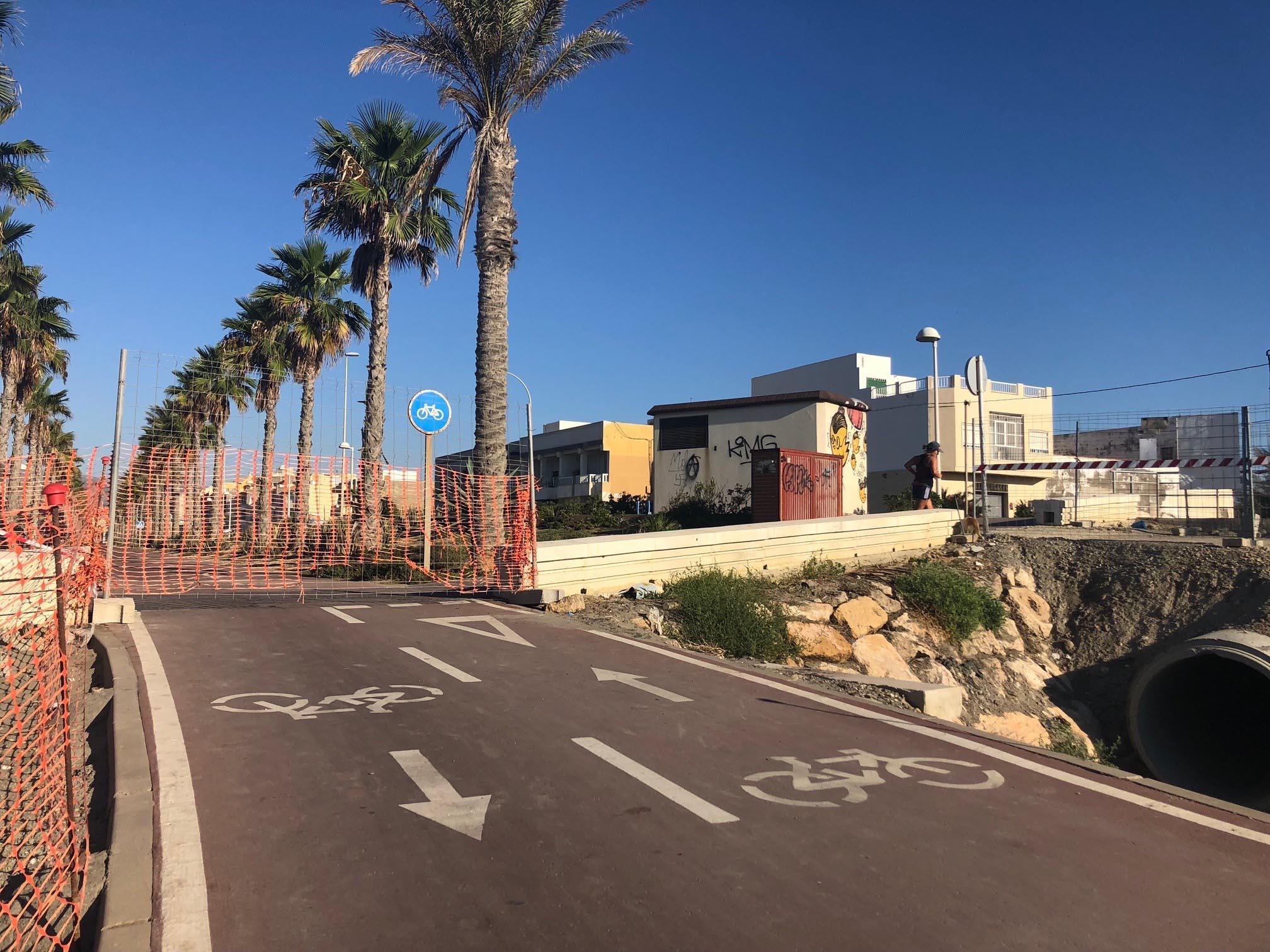 Las obras del Paseo Marítimo obligan al corte del paso entre la boquera de 'La Higuera' y el puente del Río Andarax
