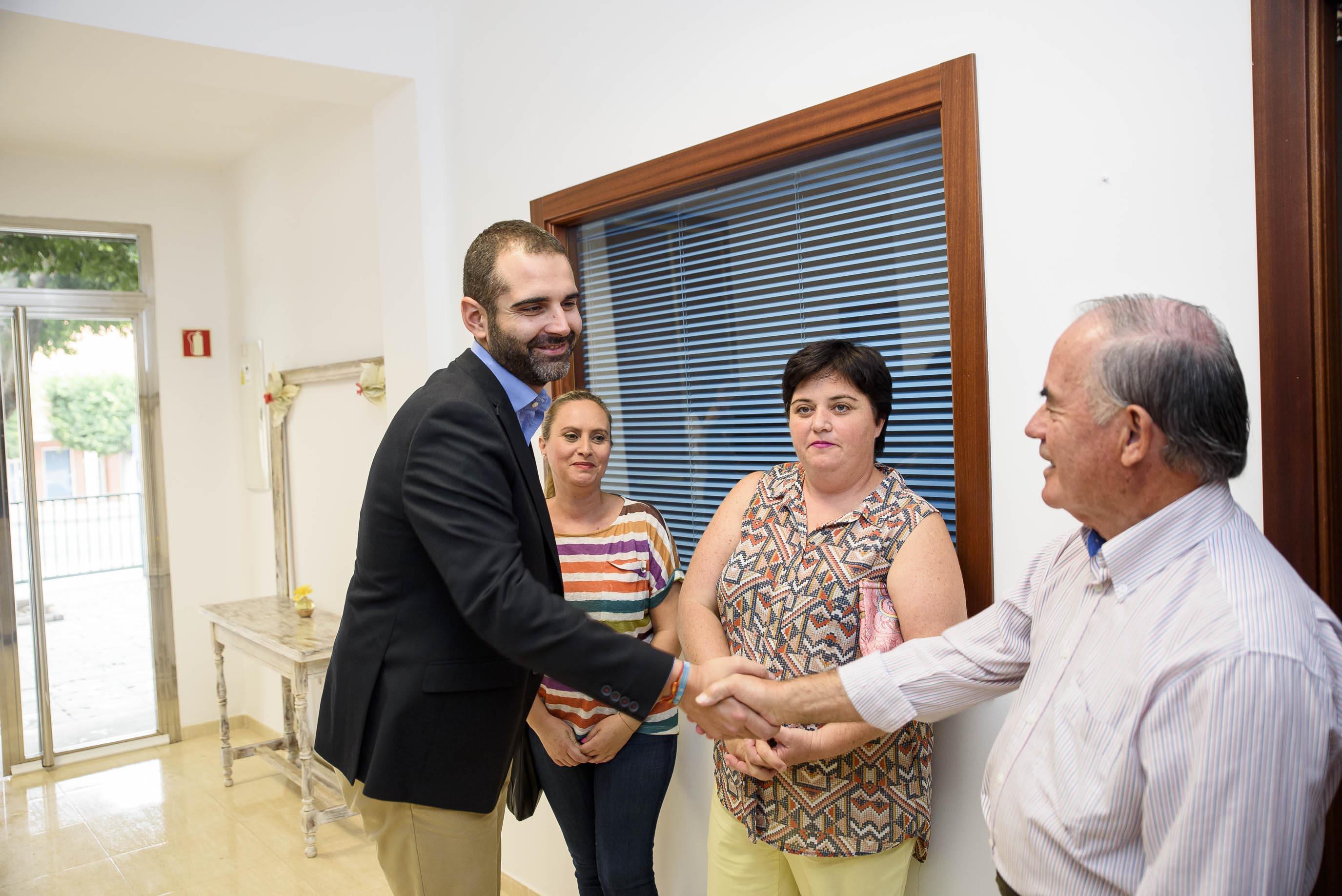 El alcalde visita la nueva sede que el Ayuntamiento ha cedido a la Asociación de Vecinos 'Milhojas' de Torrecárdenas en el antiguo mercado del barrio