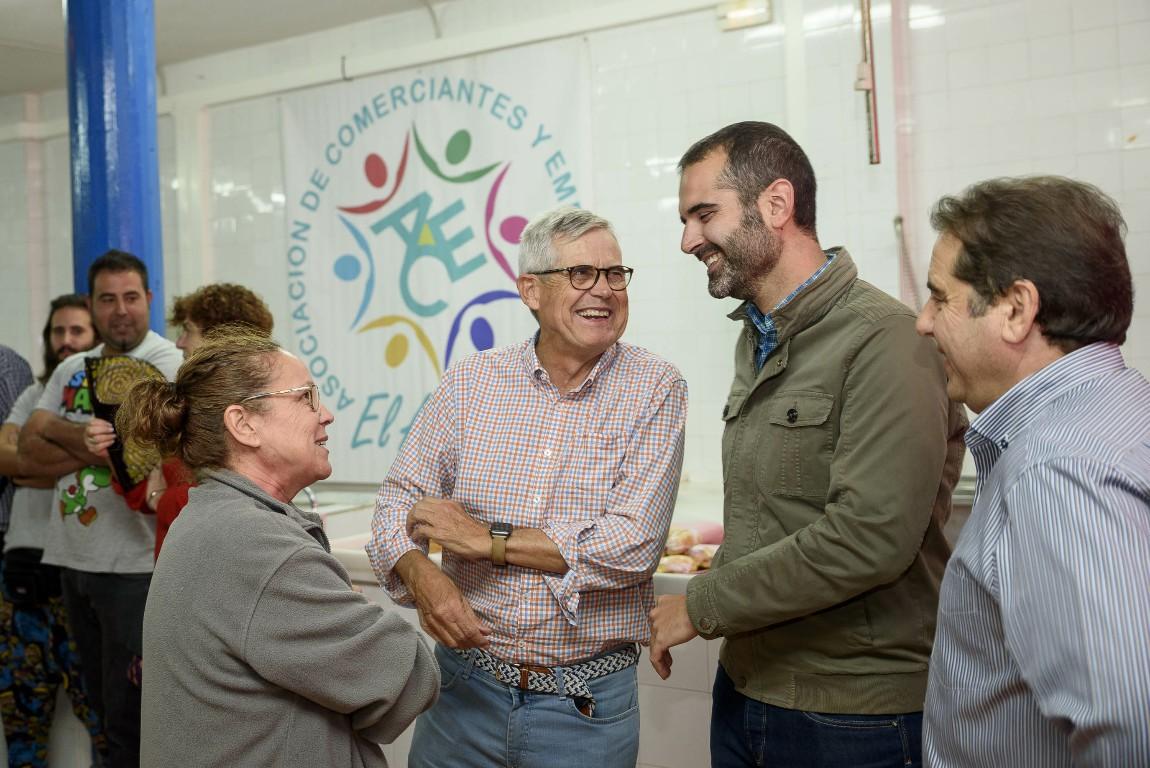 El alcalde brinda con comerciantes y empresarios de El Alquián por el uso que se va a dar al antiguo mercado, reconvertido en sede de la asociación