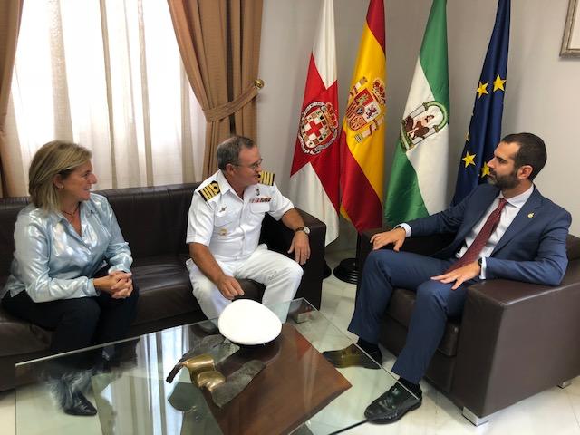 """El alcalde desea """"lo mejor en su nueva etapa"""" al comandante naval Antonio Mínguez, que deja Almería tras prestar servicio desde 2016"""