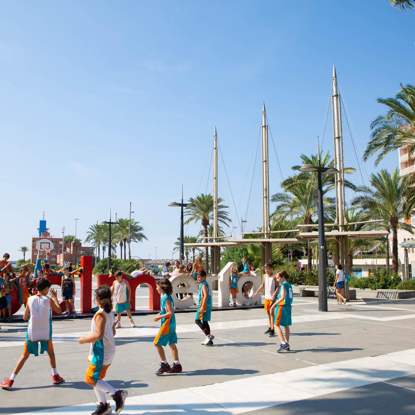 Más de 400 niños y niñas saldrán a la calle a jugar al baloncesto con el 'Plaza 3 x 3 Caixabank'