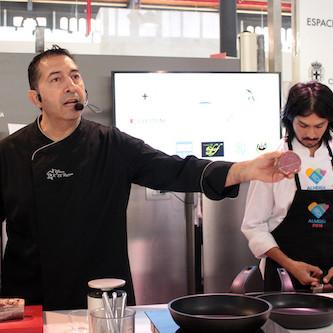 Juanjo Carabajal hace maestría de su cocina con un 'showcooking' en el espacio gastronómico del Mercado Central