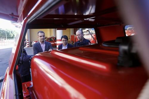 El alcalde visita el Parque de Bomberos, que suma dos nuevos vehículos para rescate y acceso con bomba de agua a las calles más estrechas