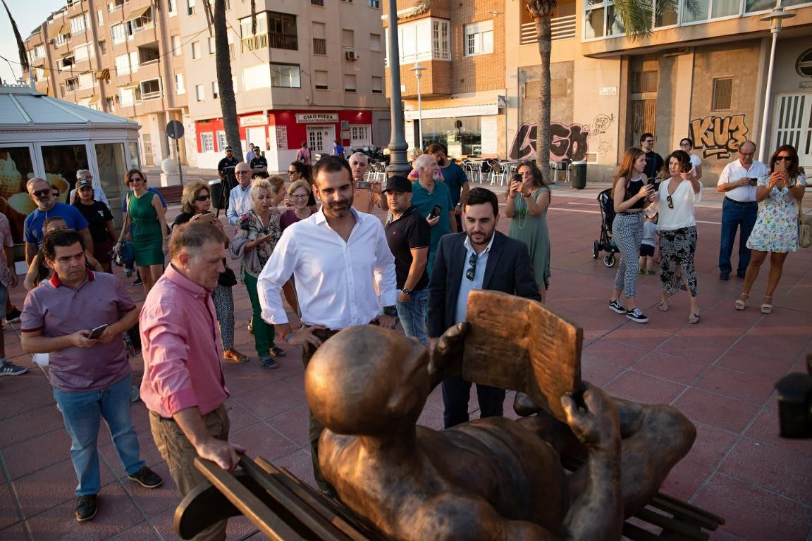 'La Tumbona', de Manuel Domínguez, se suma al paisaje artístico del Paseo Marítimo de Almería