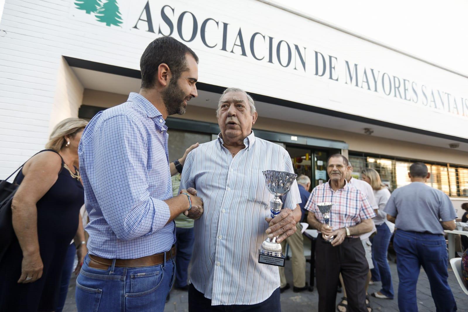 """El alcalde valora """"la fuerza del asociacionismo como altavoz de la ciudadanía"""" en la visita que ha realizado al barrio de Santa Isabel"""