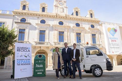 El Ayuntamiento extiende en el Casco Histórico y a El Zapillo la instalación de 'cubre-cubos' para el reciclaje de residuos de vidrio