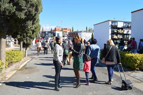 """Miles de almerienses acuden hoy a los cementerios municipales, en un ambiente de """"respeto y normalidad"""""""
