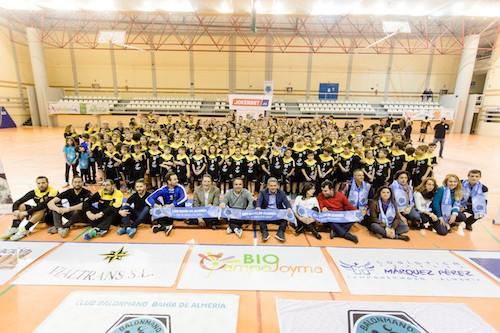 Más de 400 niños y jóvenes aprenden la pasión del balonmano en el club Bahía de Almería