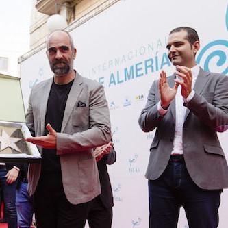 Luis Tosar cumple el sueño de ser homenajeado en Almería junto a quienes le hicieron amar el cine