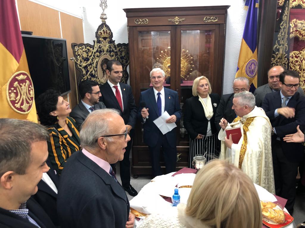 El alcalde acompaña a la Hermandad de la Pasión en la bendición de su nueva casa en el número 12 de la calle Sagunto, en el barrio de Oliveros