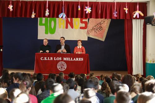 """El alcalde acerca a 150 alumnos del colegio Los Millares y del instituto 'Al Andalus' la necesidad de """"conocer y proteger"""" la Carta Magna"""