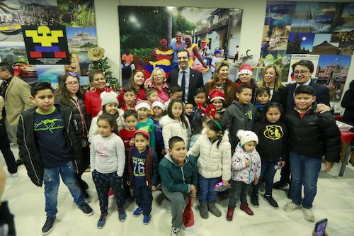 El alcalde felicita la Navidad a los colombianos que en Almería celebran su tradicional Novena de Aguinaldos con dulces y regalos para los niños
