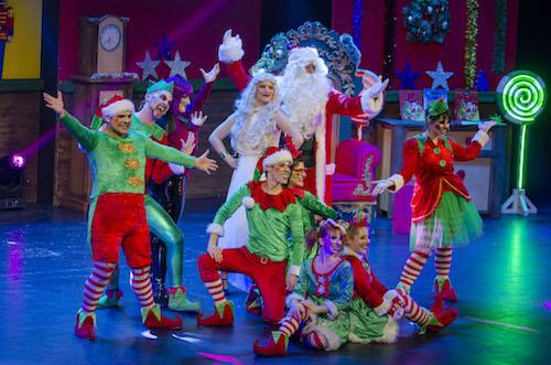 El musical '¡Vaya Santa Claus!' comparte con las familias almerienses que el amor es el secreto de la Navidad