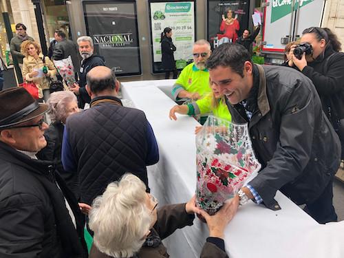 El Ayuntamiento regala 800 pascueros en Puerta de Purchena y mañana y el sábado repartirá 1.200 más en La Cañada, Nueva Andalucía, Oliveros y Venta Gaspar