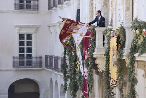 El Pendón ondea de nuevo, catorce años después, en el balcón del Ayuntamiento, conmemorando la toma de la ciudad por los Reyes Católicos