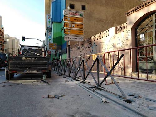 El Ayuntamiento inicia los trabajos de mantenimiento y sustitución de vallado de seguridad peatonal en Carretera de Ronda