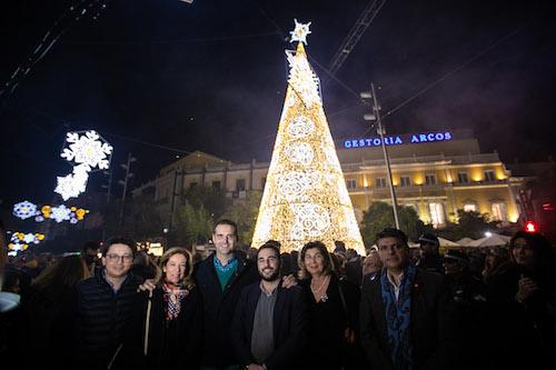 Los almerienses saborean una fantasía de música, luz y fuegos artificiales para dar la bienvenida a la Navidad