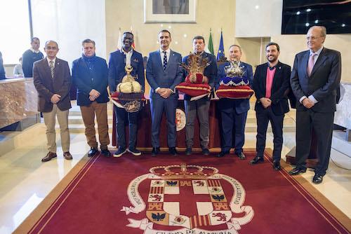 El alcalde entrega sus credenciales a los tres emisarios de los Reyes Magos de Oriente en Almería