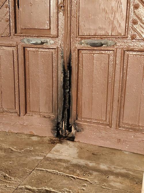 El Ayuntamiento contrata seguridad para garantizar la integridad de la ermita de Torregarcía tras sufrir pintadas y un intento de quemar la puerta