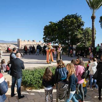 El Rey Gaspar comparte con los niños una alegre visita por la Alcazaba, que ha cubierto todas las plazas