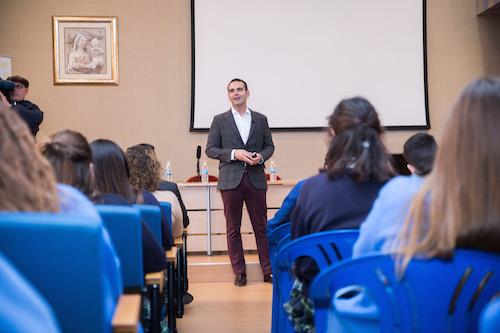 El alcalde anima a los alumnos de 4º de la ESO a que estudien lo que les haga felices y les pide que si salen a estudiar fuera, luego vuelvan a Almería