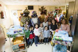 Los Reyes Magos llevan ilusión y juguetes a los niños del hospital Torrecárdenas y a los mayores de la Residencia Santa Teresa Jornet