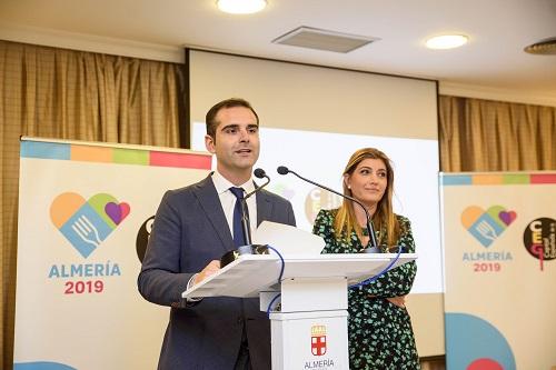 El alcalde hace entrega de las acreditaciones a las más de 500 empresas adheridas al proyecto 'Almería 2019'