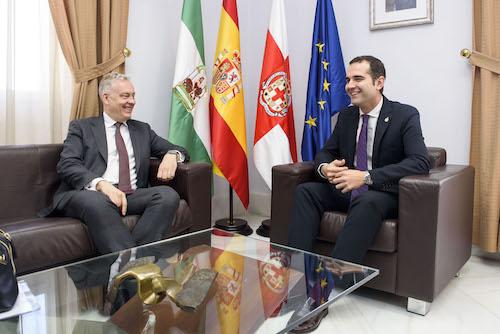 El embajador británico en España, Simon Manley, se interesa por el crecimiento demográfico y económico de Almería en su visita al alcalde