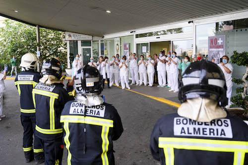 Almería homenaje sanitarios bomberos