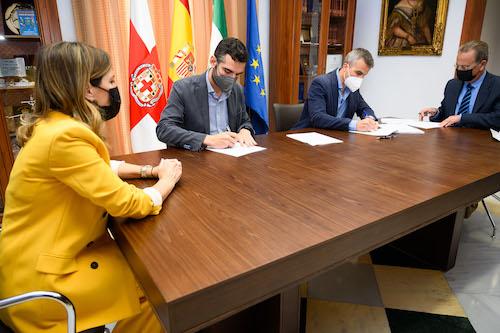Alcalde Almería firma contrato